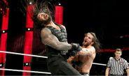 Roman Reigns y Seth Rollins durante una lucha en Raw
