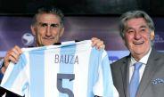 Edgardo Bauza recibe una playera de Argentina con su nombre