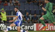 Miguel Layún dispara al arco de Szczesny en el partido contra la Roma