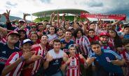 Aficionados de Chivas, afuera de su estadio