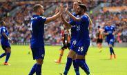 Mahrez celebra con sus compañeros del Leicester