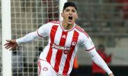 Alan Pulido festeja un gol en duelo de Olympiacos