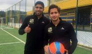 Steven Almeida e Iván Ochoa posan con balón e indumentaria de Everton