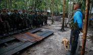 Martín Coreana, comandante de las FARC, se dirige a su tropa