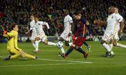 Messi bombea el balón en el juego contra la Roma