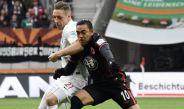 Marco Fabián disputa el esférico en partido con el Eintracht