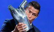 CR7 besa el trofeo del mejor jugador de la UEFA