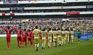 Plantilla de Chivas y América en la cancha del Estadio Azteca