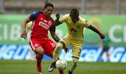 Quintero y Gullit pelean un balón durante el Clásico Nacional