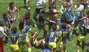 Jugadores de Chivas y América se enfrentan durante un Clásico Nacional