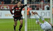 Chicharito festeja una anotación con el Leverkusen