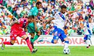 Campestrini intenta tomar el balón pero Herrera lo despeja ante la marca de Dias
