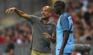 Yaya Touré recibe indicaciones de Pep Guardiola