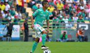 Elías Hernández controla balón en juego de León