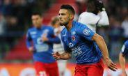 Andy Delort festeja un gol con Caen