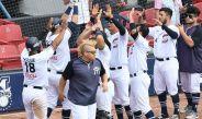 Jugadores de Sultanes de Monterrey festejan la victoria sobre los Toros de Tijuana