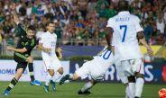 Oribe Peralta dispara a gol en un partido entre el Tri y EU en 2015