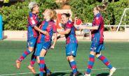 Charlyn Corral festeja con sus compañeras un gol