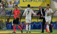 Cristiano Ronaldo le da la mano a Zidane tras su cambio en duelo contra Las Palmas