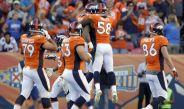Jugadores de los Broncos festejan en un partido