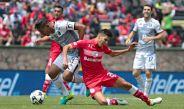 Mejia y Barrientos, disputan un balón en el duelo Toluca vs León del A2016