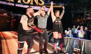 Kevin Owens (izq) festeja su triunfo en Clash of Champions