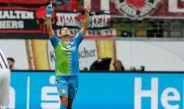 Chicharito celebra gol con Leverkusen