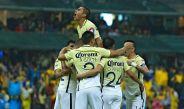 Jugadores de América celebran un gol contra Pumas