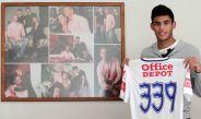 Juan José Calero posa junto a un cuadro con fotografías de su familia