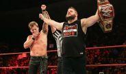 Jericho y Owens festejan después de su lucha en Raw