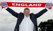Sam Allardyce posa con la bufanda de Inglaterra
