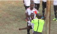 El jugador de Zimbabue arremete contra el árbitro