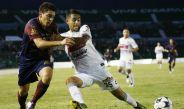 Jugadores de Atlante y Chiapas disputan balón en juego de Copa MX