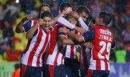 Jugadores de Chivas festejan el gol de Calderón