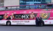 Mauricio Sulaimán y José Manuel de Alba junto al touribus del Tour Capital Box