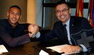 Momento de la firma de contrato de Neymar