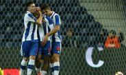 Herrera abraza a Brahimi tras el último gol del Porto