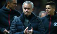 Mourinho aplaude una acción de su equipo