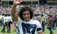 Hugo saluda con la playera de Pumas