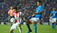 Maza Rodríguez disputa un esférico en la Copa MX
