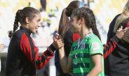 Gemelas se saludan en el partido entre México y EU del Mundial Sub 20