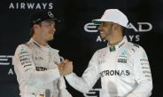 Lewis Hamilton felicita a Nico Rosberg tras coronarse en la F1