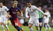 Cristiano Ronaldo pelea un balón con Ivan Rakitic en un Clásico