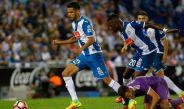 Diego Reyes pelea un balón durante un juego del Espanyol