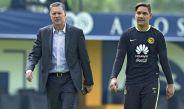 Ricardo Peláez camina junto a Moisés Muñoz durante un entrenamiento de América