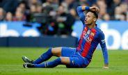 Neymar reclama una falta en el Clásico español