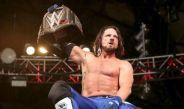 AJ Styles posa con el campeonato Mundial de la WWE