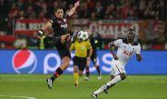 Javier Hernández controla un balón en juego de Champions