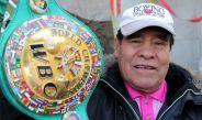 Rubén 'Púas' Olivares muestra su cinturón de Campeón a la cámara de RÉCORD