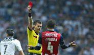 El árbitro le muestra la tarjeta roja a Jair Pereira